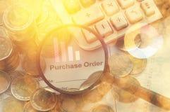 A lente de aumento que encontra a ordem de compra com calculadora e dinheiro inventa, conceito na conta Fotos de Stock