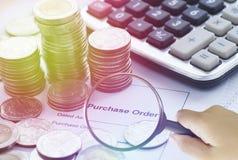 Lente de aumento que encontra a ordem de compra com as moedas da calculadora e do dinheiro Imagem de Stock Royalty Free
