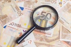 Lente de aumento sobre cinqüênta euro- notas fotos de stock