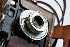 Lente de cámara del vintage en el caso de cuero Fotos de archivo libres de regalías