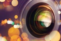 Lente de cámara fotográfica con la luz del bokeh Foto de archivo