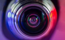 Lente de cámara y azul multicolor y rojo del contraluz Fotos de archivo libres de regalías