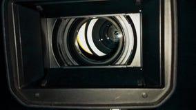 Lente de câmara de televisão com luz da exibição dentro do fim acima video estoque