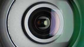 Lente de la cámara de vídeo, mostrando el enfoque, cierre para arriba
