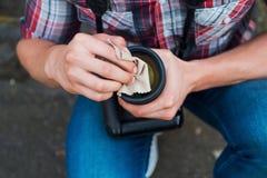 Lente de la limpieza del fotógrafo Fotos de archivo libres de regalías