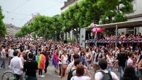 lente del Inclinación-cambio sobre desfile de orgullo gay almacen de video