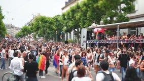 lente del Inclinación-cambio sobre desfile de orgullo gay almacen de metraje de vídeo