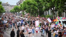 lente del Inclinación-cambio sobre la calle de Estrasburgo del desfile de orgullo gay metrajes