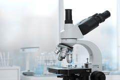 Lente del laboratorio del fondo di ricerca scientifica isolato microscopio Immagine Stock Libera da Diritti