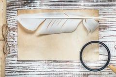 Lente di carta legata con corde della piuma del rotolo del vecchio strato su di legno d'annata Immagine Stock Libera da Diritti