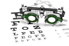 Lente di prova su un fondo di bianco del grafico di occhio Fotografia Stock