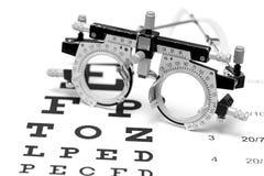 Lente di prova su un fondo di bianco del grafico di occhio Immagine Stock Libera da Diritti