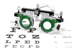 Lente di prova su un fondo di bianco del grafico di occhio Immagini Stock