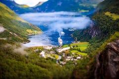 Lente do deslocamento da inclinação do fiorde de Geiranger, Noruega Imagens de Stock Royalty Free