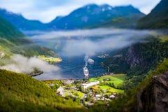 Lente do deslocamento da inclinação do fiorde de Geiranger, Noruega Fotos de Stock