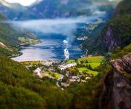 Lente do deslocamento da inclinação do fiorde de Geiranger, Noruega Fotografia de Stock Royalty Free
