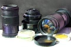Lente fotográfica e outros acessórios da foto foto de stock