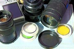 Lente fotográfica y otros accesorios de la foto Imagen de archivo