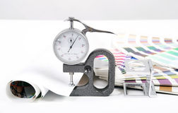 Lente, pantone e micrômetro imagem de stock royalty free