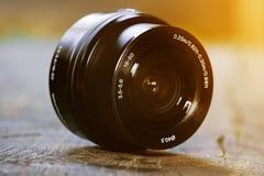 Lente para a câmera, em uma mesa de madeira velha, lente preta, fotógrafo fotografia de stock