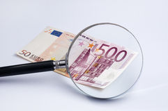Lente sopra l'euro banconota fotografia stock