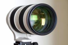 Lente teleobjetiva branca do zumbido da câmara digital profissional Foto de Stock Royalty Free