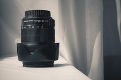 Lente zoom preta da câmera no pano branco imagens de stock royalty free