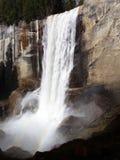 Lentedalingen met regenboog - Waterval in het Nationale Park van Yosemite, Sierra Nevada, Californië stock foto