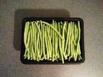 Lentejas verdes frescas en la caja Fotos de archivo