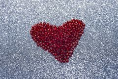 Lentejuela roja del brillo redondo en forma del corazón aislada en el fondo blanco - amor y concepto de la tarjeta del día de San Fotos de archivo libres de regalías