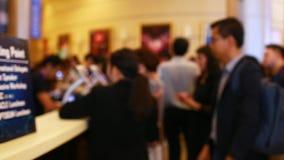 lentement de beaucoup d'hommes d'affaires suivant le séminaire balayent Code QR pour l'enregistrement avec le téléphone et le com banque de vidéos