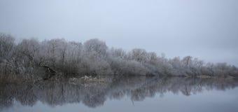 Lentement la rivière coule et les arbres deviennent givrés dans le coold de décharge photos stock