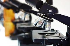 Lentes de diversa multiplicidad de microscopio fotos de archivo libres de regalías