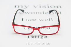 Lentes de la lectura y carta de ojo Foto de archivo libre de regalías