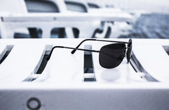 Gafas de sol en sunbed Fotografía de archivo libre de regalías