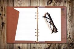 Lentes en el cuaderno Imágenes de archivo libres de regalías