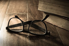 Lentes filtradas sepia con los libros antiguos Imágenes de archivo libres de regalías