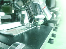 Lentes objetivas e fase do microscópio no macro Foto de Stock
