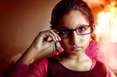 Lentes que desgastan de la muchacha imagen de archivo