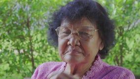 Lentes que llevan de la mujer mayor almacen de video