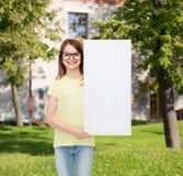 Lentes que llevan de la niña con el tablero en blanco Imágenes de archivo libres de regalías