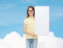 Lentes que llevan de la niña con el tablero en blanco Fotos de archivo libres de regalías