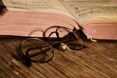 Lentes viejas y libros, filtrados imagen de archivo libre de regalías