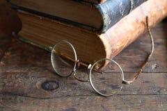Lentes y libros Foto de archivo libre de regalías