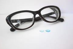 Lentes y vidrios rígidos de contacto imagenes de archivo
