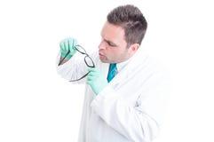 Lenti preparanti e di pulizie dello scienziato maschio di vetro Fotografia Stock