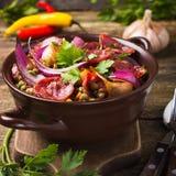 Lenticchie con la salsiccia e le verdure Fotografia Stock