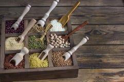 Lenticchie dei diversi cereali, piselli, riso, quinoa, grano saraceno Immagini Stock