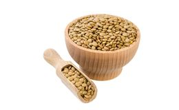 Lenticchie verdi in ciotola di legno e mestolo isolati su fondo bianco nutrizione bio- Ingrediente di alimento naturale immagini stock