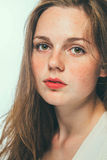 Lentiggini del ritratto di bellezza dello studio della donna con capelli lunghi Immagini Stock Libere da Diritti